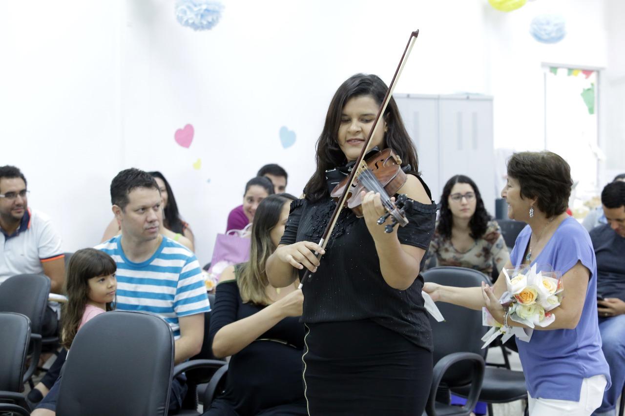 Femina distribui rosas e toca o coração das mães por meio da música