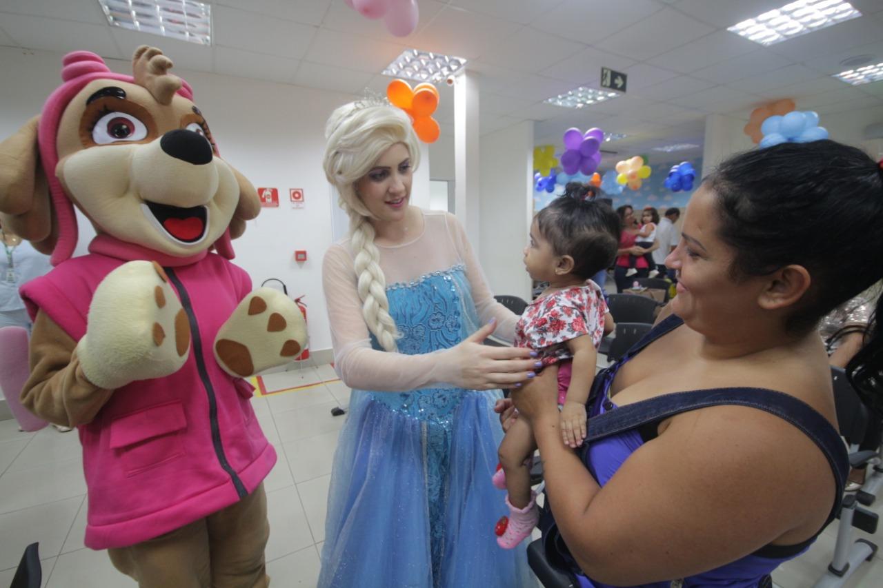 Personagens do imaginário infantil alegram pacientes da Femina